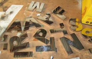 huruf timbul atau letter 3D murah bahan stenlis, alklirik, kuningan, besi,dll