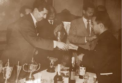 José Luis Fernández, recogiendo el trofeo de la Diputación, por su tercer puesto