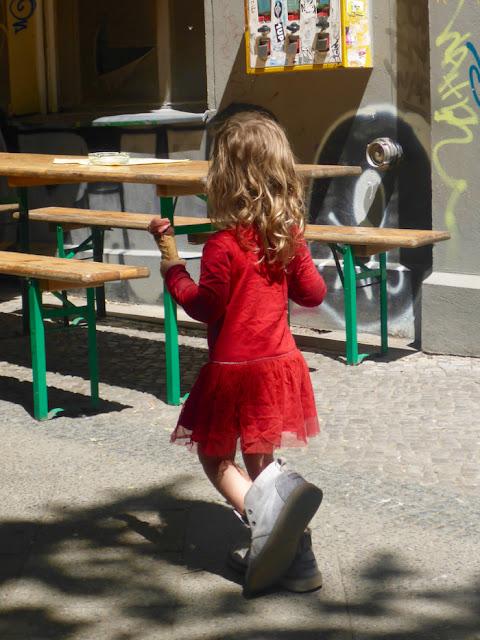 Das Eis, das Kind und Mamas Schuhe