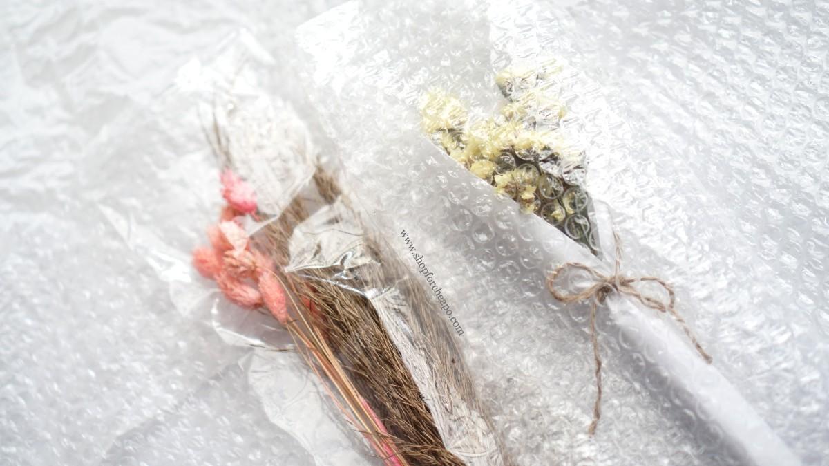 close up bunga kering saat kemasan bubble wrap dibuka