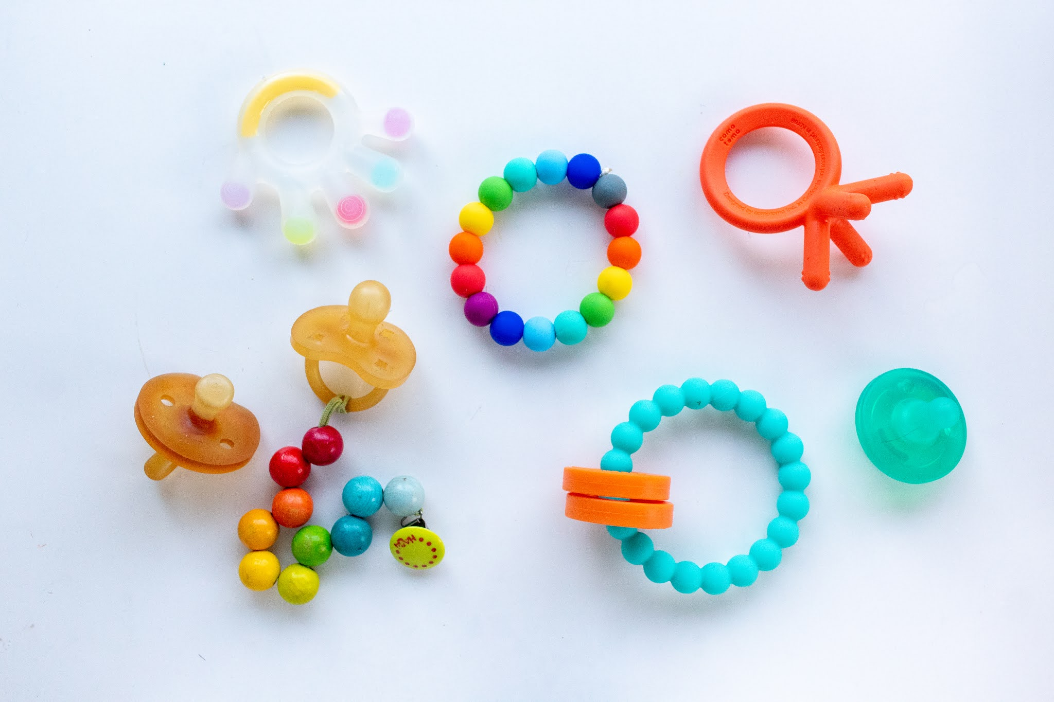 Montessori baby teething toys - here are some that help to soothe your baby's mouth and provide great entertainment