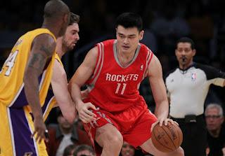 Yao Qinlei's father Ming playing basketball