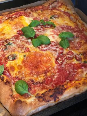 Pizza mit Käserand, Mozzarella und Basilikum