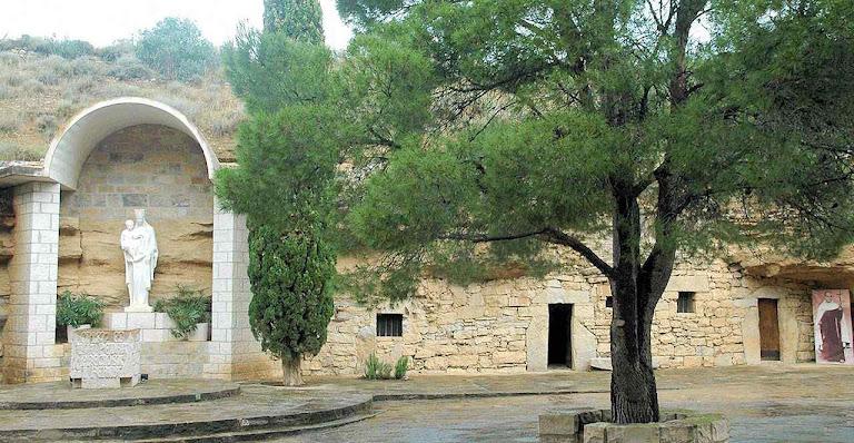 Numa cova em Aitona, Espanha, o Beato montou sua ermida perseguido pelo ódio anticlerical.