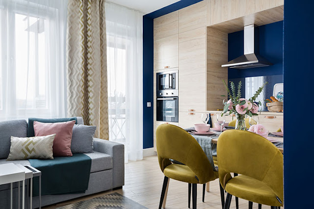 Albastru, galben și lemn în amenajarea unui apartament de 49 m² din St. Petersburg