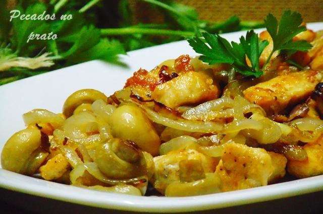 Receita de cubos de frango com cebolada e cogumelos