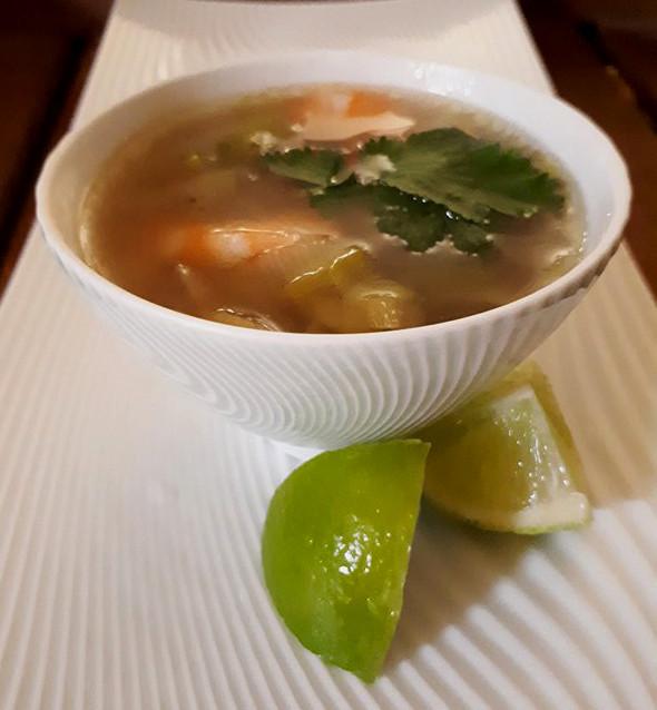 Soupe de poireaux et crevettes à la coriandre et citron vert