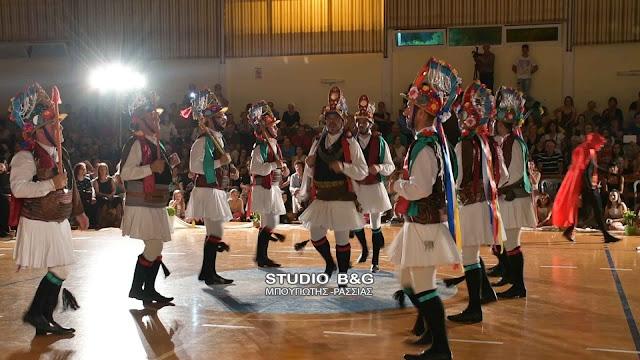 """Αναβίωσε το έθιμο των """"Μωμόγερων'' στην ετήσια εκδήλωση του Εργαστηρίου Ελληνικού Χορού στο Ναύπλιο (βίντεο)"""