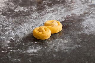 Oblikovanje švedskih peciva sa šafranom