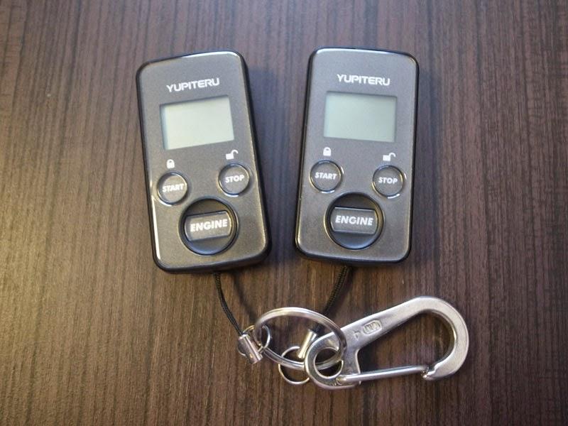 yupiteru サービスリモコン ES-A104D ES-A105Tのふたつ。さてどっちが水没したリモコンでしょうか?