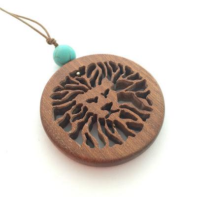 collar de madera hecho a mano