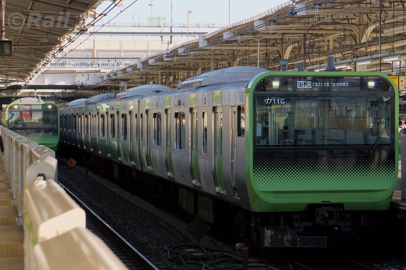 並走する山手線の回送と営業列車