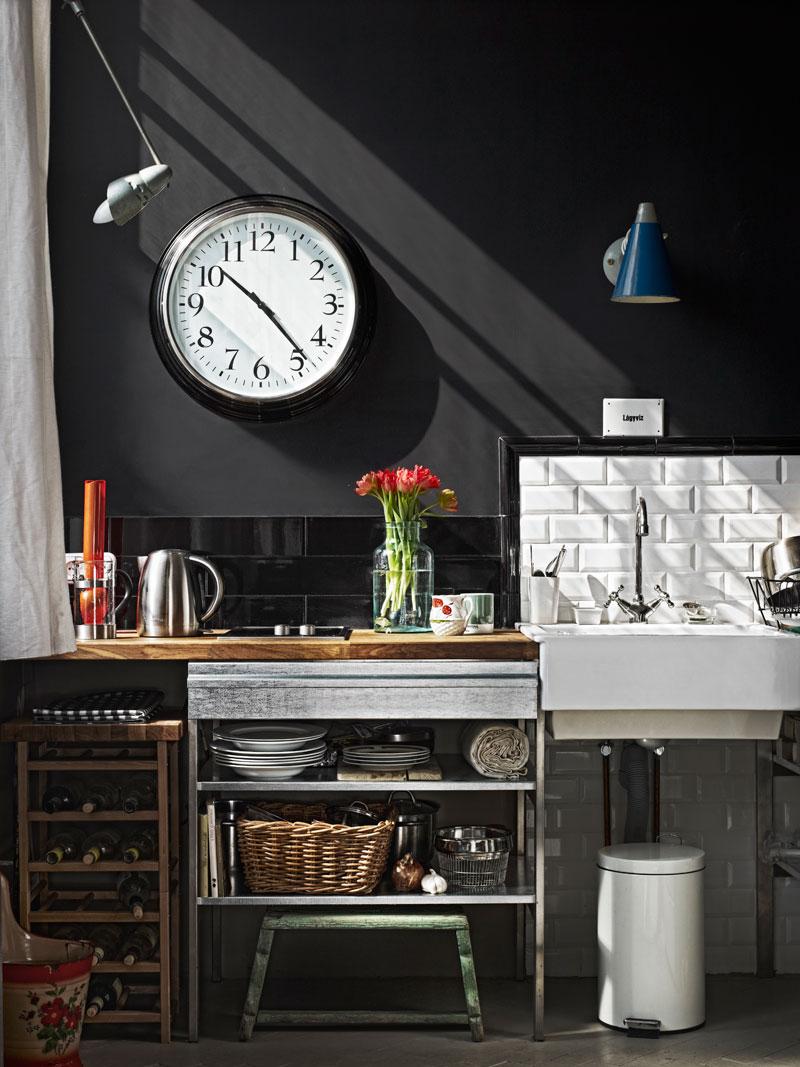 Cocina de pared negra en un mini loft vintage- industrial