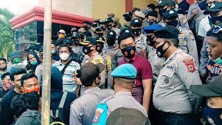 Kapolres Try Pantau Demo Penolakan UU Cipta Kerja di DPRD Bone