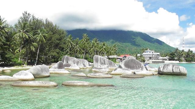 Batu Alif dan Gunung Ranai di Pulau Natuna www.bocahudik.com