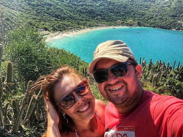 Conhecer a Praia do Forno pela trilha ou táxi boat? Com esse visual, quem resiste a ficar tirar fotos?