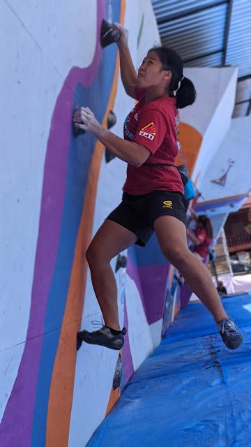 Atlet putri NTB berusaha meraih top di kelas boulder tim putri pada pra-PON XX 2020, di Venue Panjat Tebing