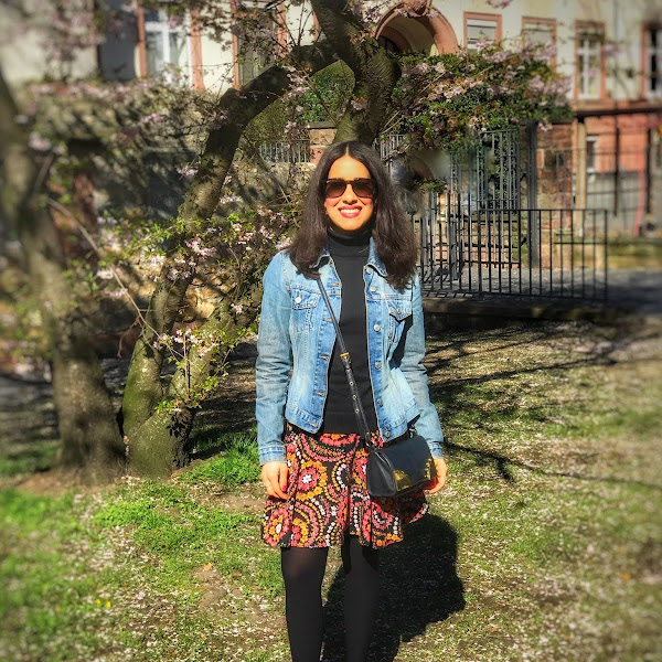 Style: Frühlingslook mit Jeansjacke, geblümten Rock und Ralph Lauren Ballerina