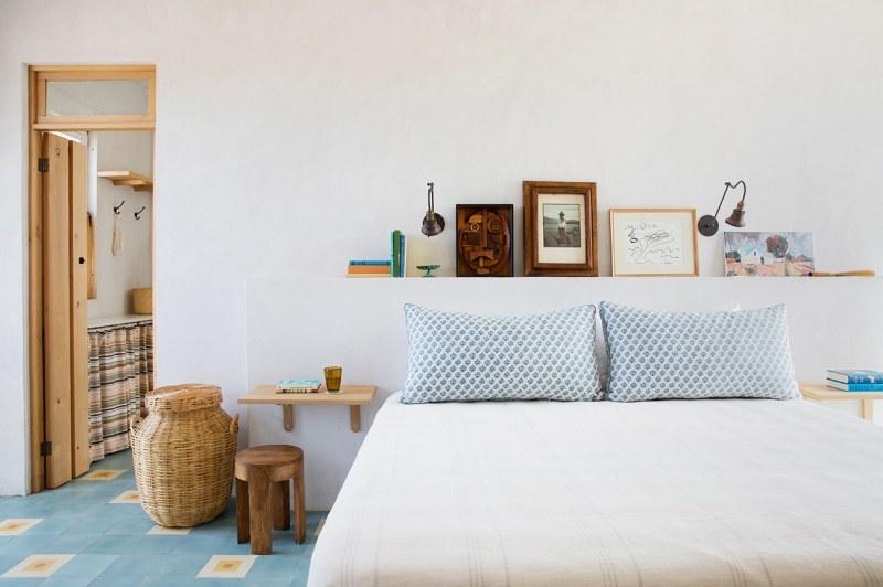 Dormitorio rústico con cabero de obra
