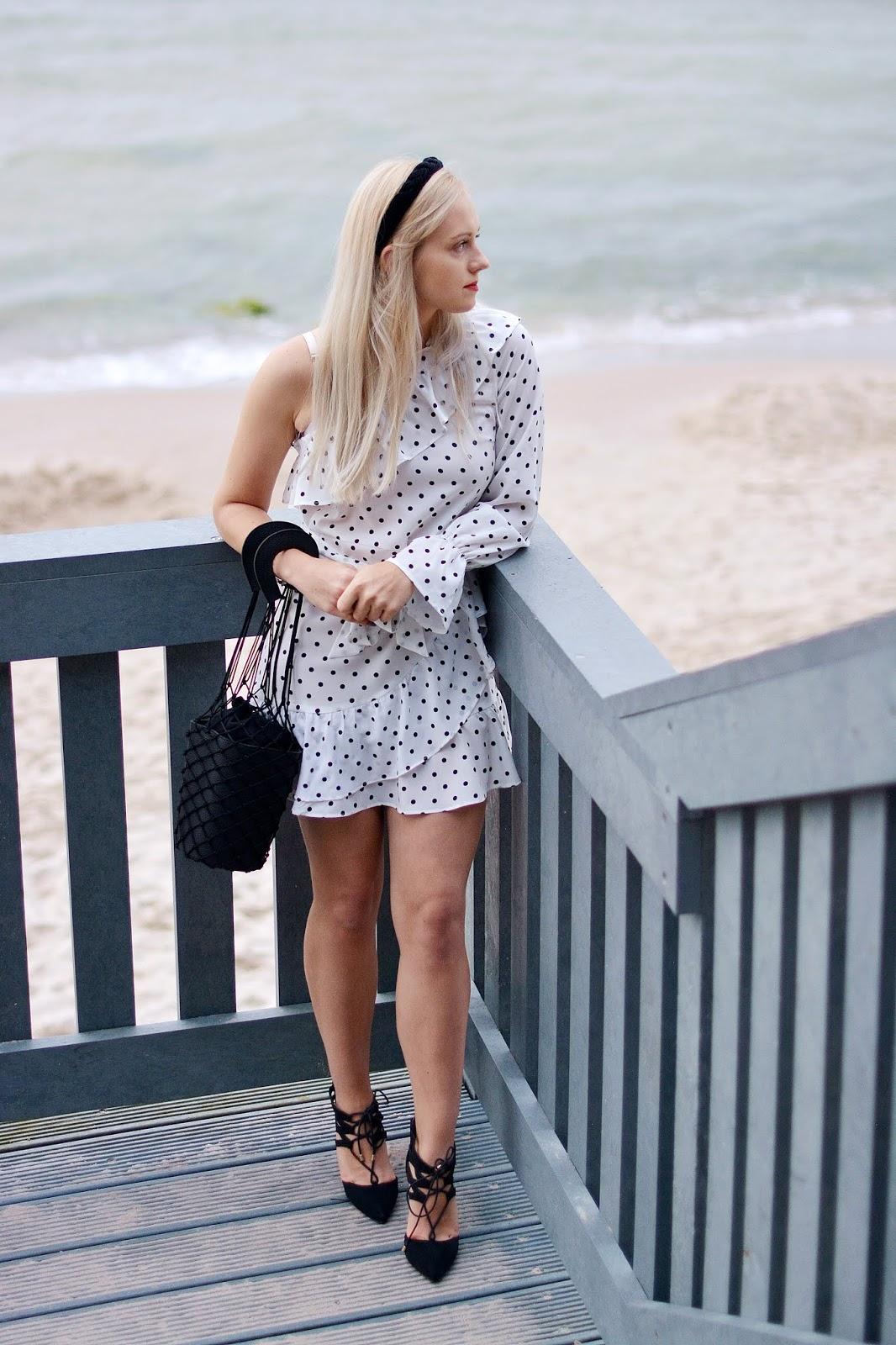 biała sukienka w groszki