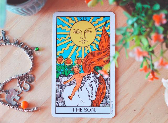 Saiba o significado da Carta (XIX) 19 - O Sol no Tarot do amor, dinheiro e trabalho, na saúde, como obstáculo ou invertida e como conselho.