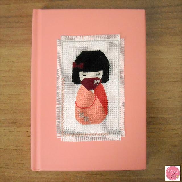 Quaderno con kokeshi a punto croce