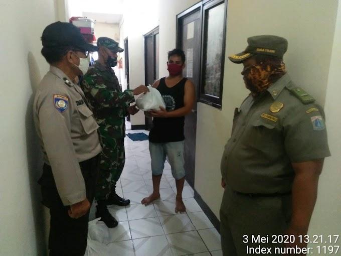Babinsa Koramil 05/KJ Pelda Sutoyo Bagikan Paket Sembako Kepada Penghuni Kos-Kosan