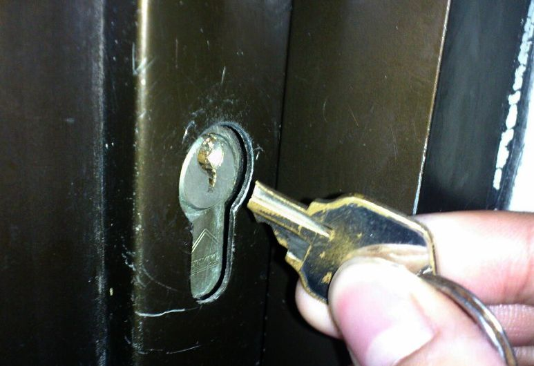 Cara Mengeluarkan Anak Kunci Yang Patah di Dalam Lubang Kunci