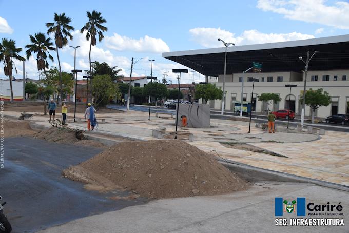 Praça central de Cariré está passando por serviços de requalificação e arborização