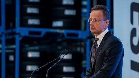 Szijjártó: meg kell változtatni Európa migrációs politikáját