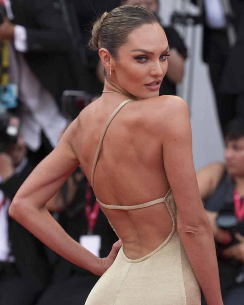 Model Seksi Afrika Candice Swanepoel backpose manis