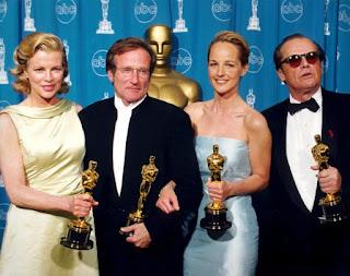 La actriz junto a Robin Williams , Helen Hunt y Jack Nicholson, los actores ganadores de la edición de los Oscar (1998)