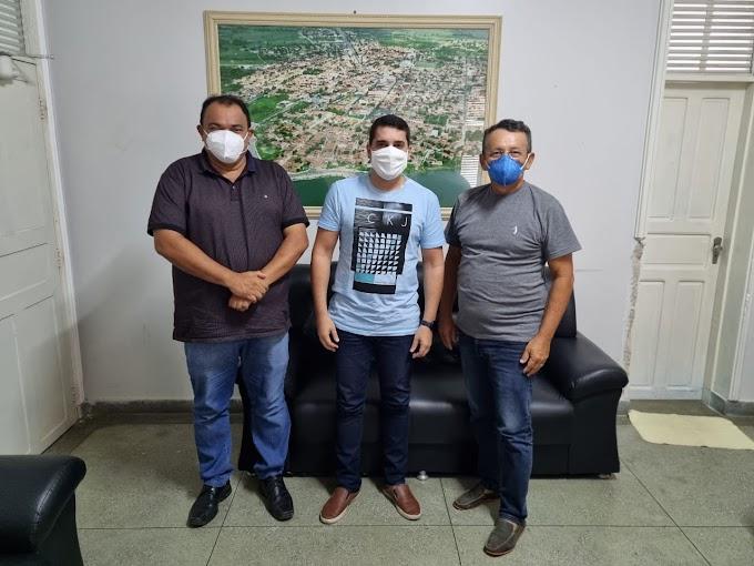Prefeitos Salomão Gomes e Alan Silveira se reúnem para discutir ações em conjunto e outras pautas de interesse dos municípios de Felipe Guerra e Apodi