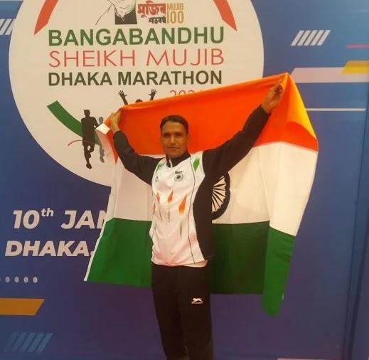 ढाका बांग्लादेश में अंर्तराष्ट्रीय मैराथन दौड में गोल्ड मेडल झटकने के बाद तिरंगा फहराकर खुशी जत - फोटो : LOHAGHAT