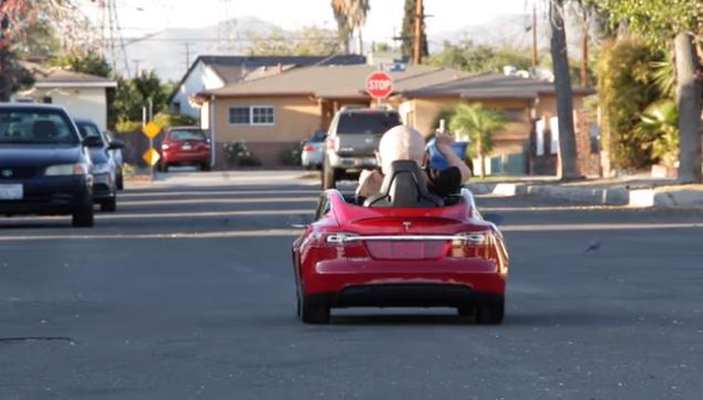 Verne Troyer, el famoso Mini-Me, se compra un Tesla de juguete y lo muestra ¡corre a 9 km/h!