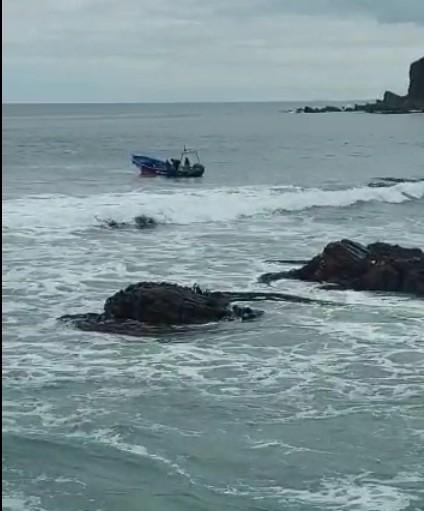 Marino y pescadores rescatan del mar a joven mariscador