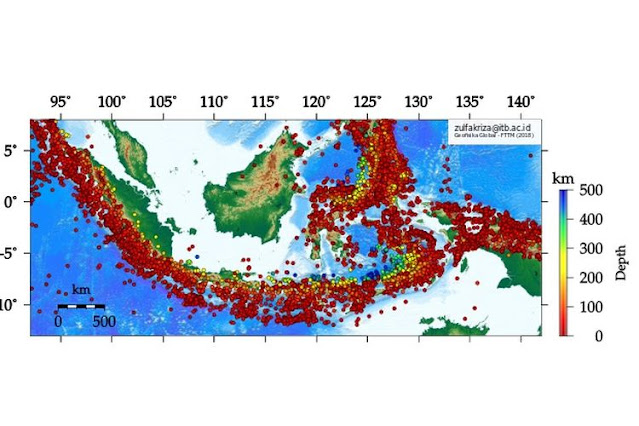 Sebaran kejadian gempa bumi di Indonesia dengan megnitudo lebih besar dari 5 sejak 1976 - 2016 berdasarkan data katalog USGS. Degradasi warna lingkaran merah - biru menunjukkan kedalaman posisi sumber gempa bumi (hiposenter)
