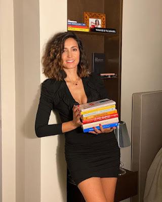Caterina Balivo foto con i libri in mano