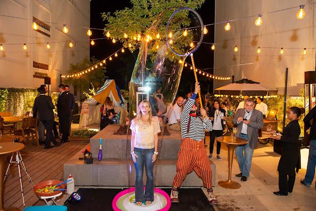 Convidada do evento de inauguração Spaces participando do show de Bolhas de Sabão Gigantes de Humoe e Circo Produtora no Rio de Janeiro.