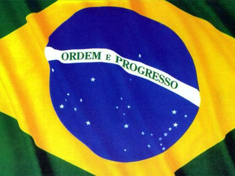 Bandeira do Brasil tremulando.