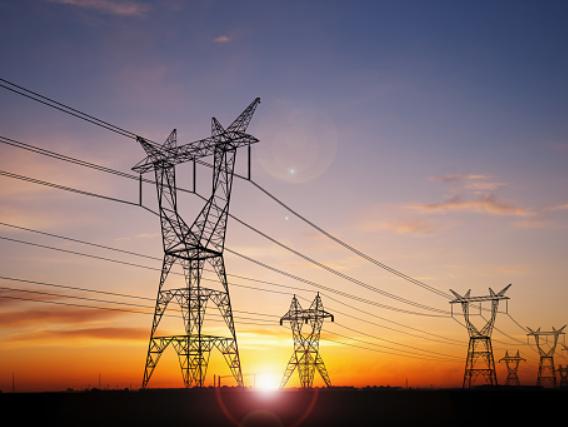Arus Listrik dan Sumber Energi Listrik Arus Listrik Arus listrik adalah banyaknya muatan listrik yang megalir melalui penghantar dari sumber listrik dalam tiap satuan waktu. Aliran listrik yang mengalir disebut dengan arus listrik. Kuat arus listrik adalah jumlah muatan listrik yang mengalir dan menembus suatu penampang dari suatu penghantar dalam satuan waktu tertentu.  Tegangan listrik adalah dorongan atau tekanan yang ditimbulkan oleh sumber listrik. Sumber tegangan listrik adalah peralatan yang dapat menghasilkan beda potensial listrik secara terus menerus. Arus listrik hanya akan terjadi dalam penghantar jika antara ujung-ujung penghantar terdapat beda potensial (tegangan listrik).  Alat yang digunakan untuk mengukur besar kecilnya tegangan listrik yaitu voltmeter. Energi listrik adalah suatu bentuk energi yang berasal dari sumber listrik. Sedangkan sumber energi energi listrik berasal dari benda-benda yang dapat menghasilkan energi.  Arus listrik akan mengalir dari tempat yang bertegangan tinggi (kutub positif) ke tempat yang bertegangan rendah (kutup negatif). Arus listrik akan mengalir dari bahan-bahan tertentu. Bahan yang dapat menghantar arus listrik misalnya besi, baja, tembaga, timah. Sedangkan benda yang tidak dapat menghantarkan arus listrik misalnya kayu, plastik, kaca, karet.  Alat yang digunakan untuk mengukur besarnya arus listrik yaitu ampere meter. Alat untuk menyambung dan memutuskan arus listrik disebut sakelar.  Sumber Energi Listrik Berikut ini merupakan sumber energi listrik : Sumber listrik tenaga kimia, contohnya : baterai dan accu (aki) Sumber listrik dengan menggunakan magnet, contohnya : Generator Dinamo sepeda, motor, dan mobil Turbin PLTA (Pembangkit Listrik Tenaga Air) PLTU (Pembangkit Listrik Tenaga Uap) PLTD (Pembangkit Listrik Tenaga Diesel) PLTN (Pembangkit Listrik Tenaga Nuklir) Pembangkit listrik tenaga surya (matahari)   Nah itu dia bahasan dari arus listrik dan sumber energi listrik. Melalui bahasan di atas bisa diketahui men