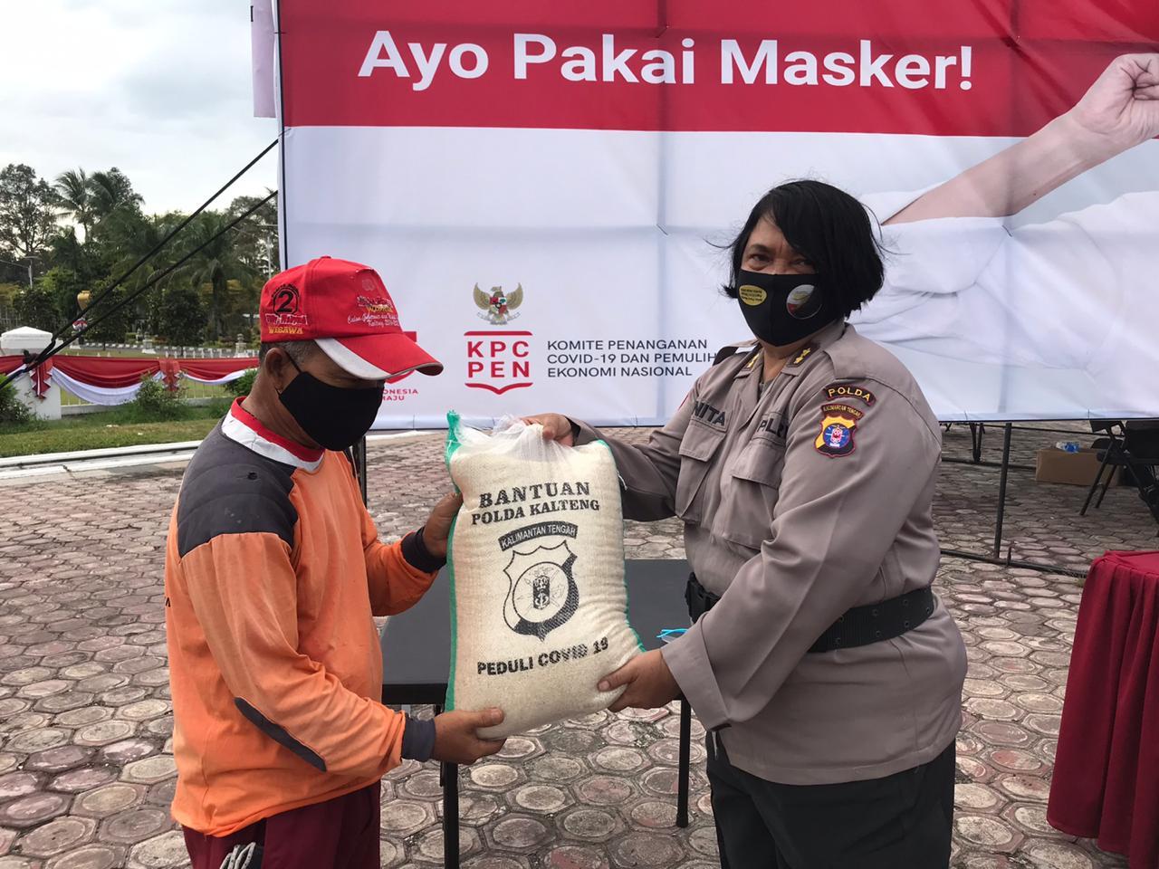 Sambut Hari Jadi Polwan Ke-72, Polwan Brimob Kalteng Bagi Masker Gratis Untuk Masyarakat