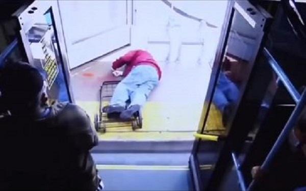 Idoso morre ao ser empurrado por mulher do ônibus (Imagem: Reprodução/Youtube)