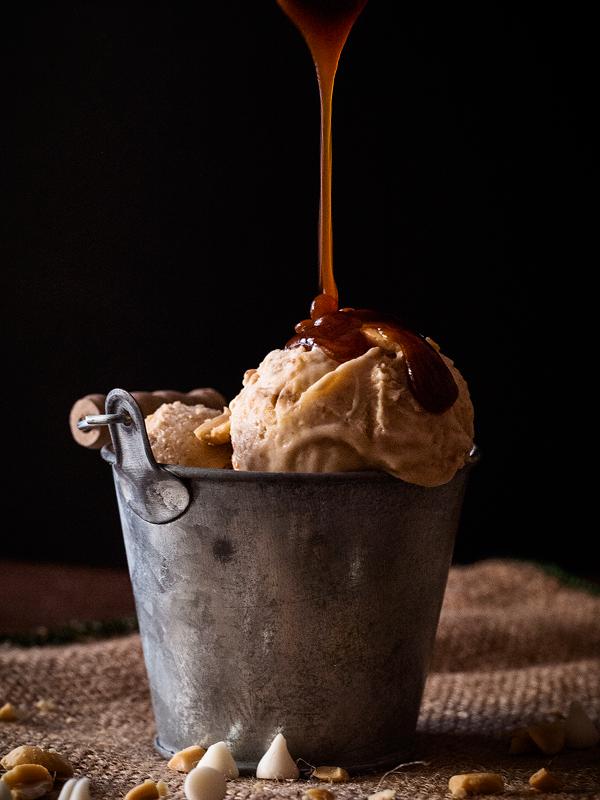 helado-de-manteca-de-cacahuete-platano-salsa-de-caramelo-salado