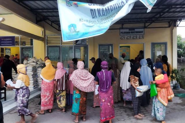 Ratusan warga Suryawangi antre bansos beras 10 kg
