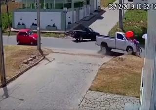 Câmera flagra momento em que caminhonete perde o controle e atropela mulher na PB; veja vídeo