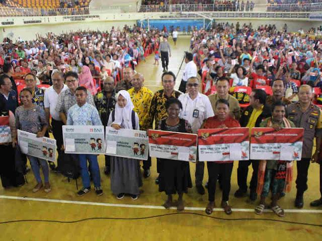 Erlangga Hartarto Beri Bansos ke 1200 Keluarga di Kota Jayapura