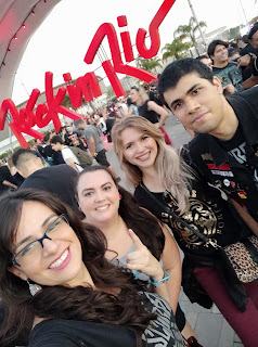 Roberta, Pati, Bela e David fazendo uma selfie em frente ao letreiro Rock in Rio.