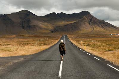 Chica caminando por una de las carreteras más pintorescas de Islandia en Snaefellsnes