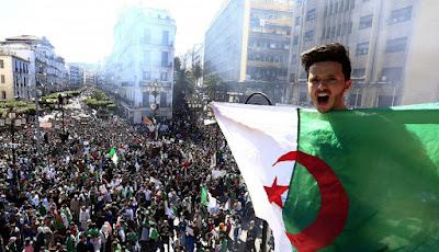 """الجزائريون يخرجون مجددا في مسيرات احتجاجية حاشدة للمطالبة برحيل النظام رافعين شعار """"لا للانتخابات يا العصابات""""."""